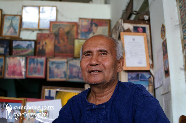 Der Karen-Aktivist U Man in seinem Haus in Mae Sot, Thailand mit Bildern bekannter burmesischer Persönlichkeiten im Hintergrund.