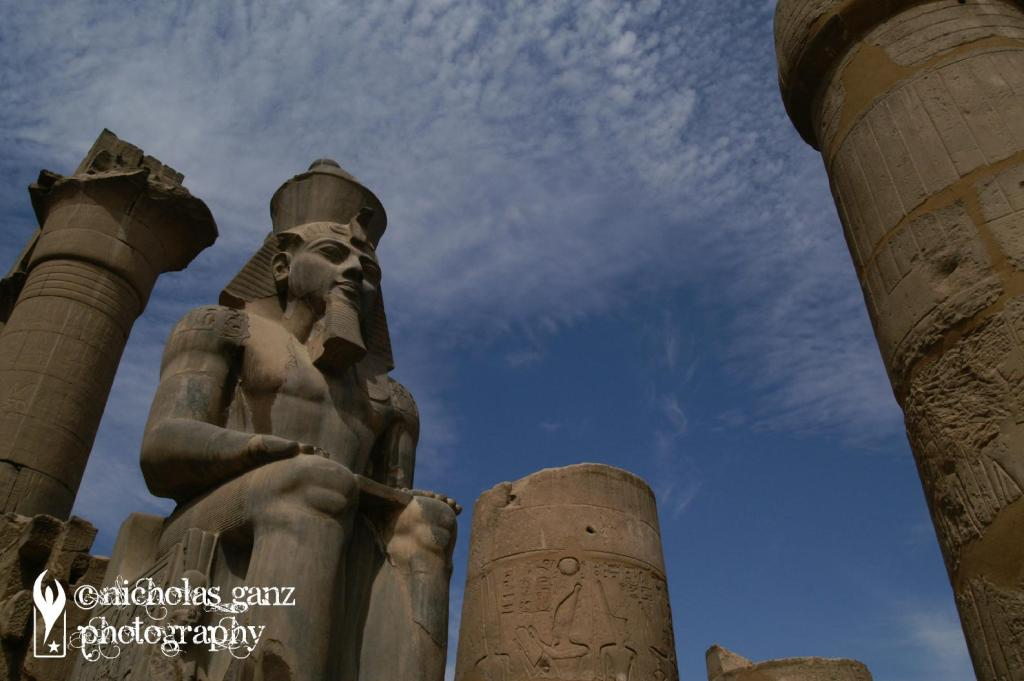 Statue von Pharao Ramses II im Luxor Tempel.